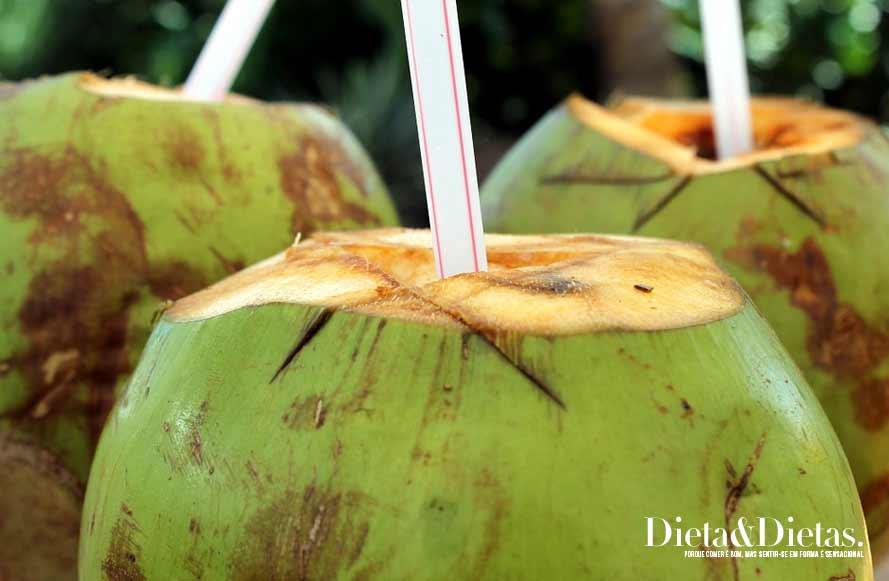 Veja os benefícios da Água de coco para refrescar e repor nutrientes