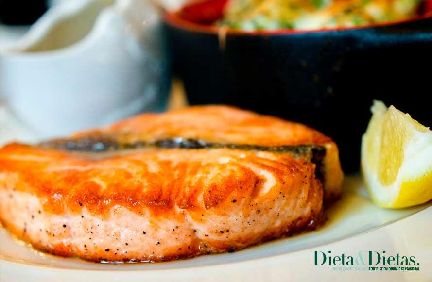 salmão é um dos alimentos ricos em proteínas