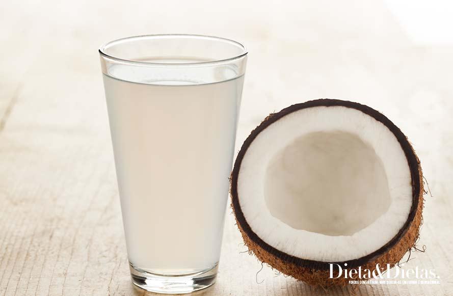 água de coco Retarda o envelhecimento
